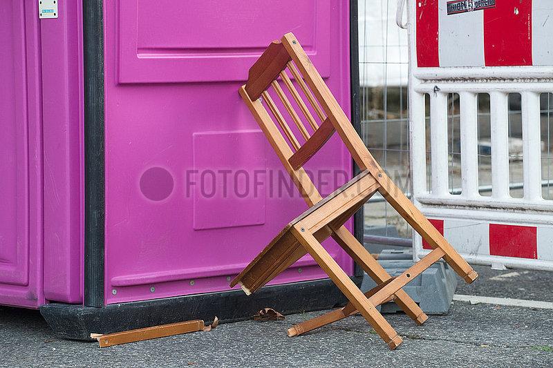Berlin,  Deutschland - Ein abgestellter und zerbrochener Stuhl