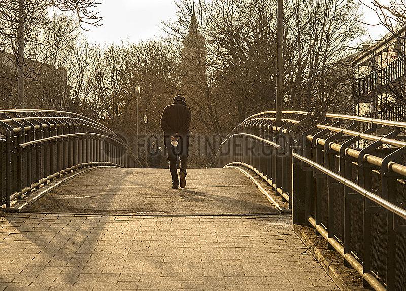 alter Mann,  Rentner,  Spaziergang mit FFP2-Maske,  Muenchen-Neuperlach,  23. Maerz 2021