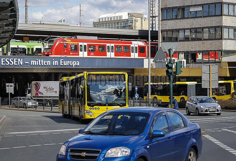 Verschiedene Verkehrsmittel in der Innenstadt,  Essen,  Nordrhein-Westfalen,  Deutschland