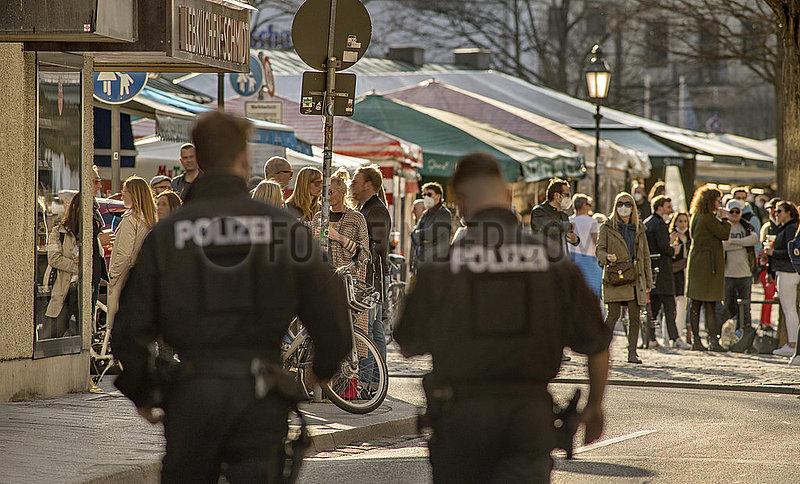 Polizeistreife am Viktualienmarkt,  Lockdown,  Muenchen,  26. Maerz 2021