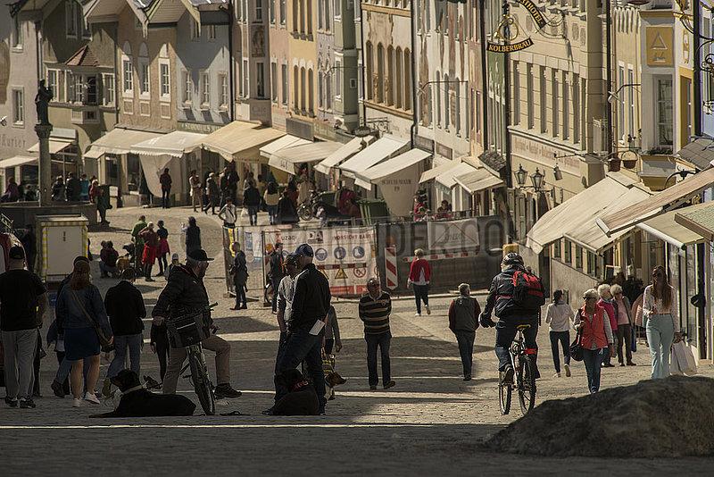 Bad Toelz,  Marktstrasse,  Menschen beim flanieren und shoppen,  29.03.2021