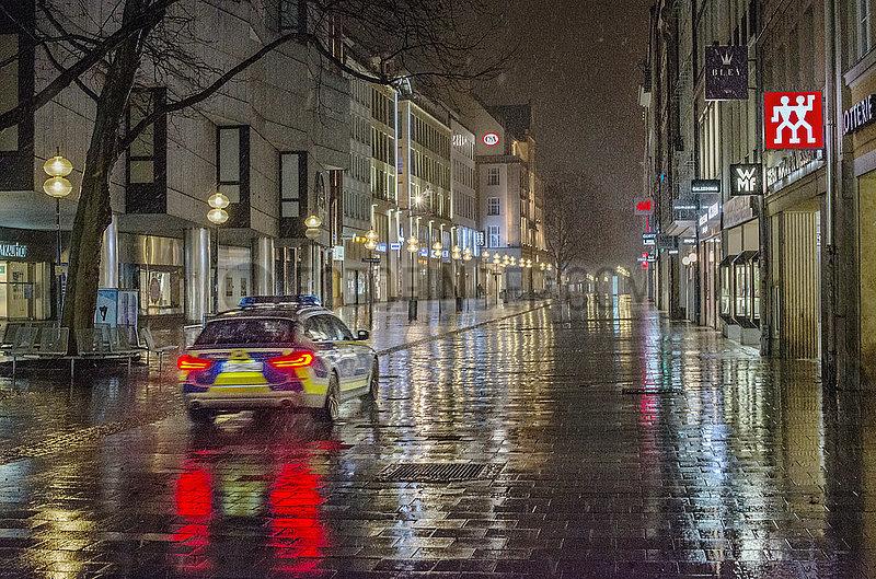 Polizeistreife in der Kaufingerstrasse vor naechtlicher Ausgangssperre,  Muenchen,  5. April 2021,  Ostermontag