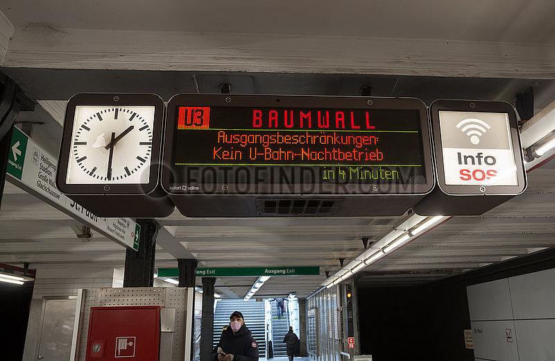 Deutschland,  Hamburg - Hinweis U-Bahnhof St.Pauli auf coronabedingte Ausgangssperre (21-5h) und nicht stattfindenden Nachtbetrieb der U-Bahn