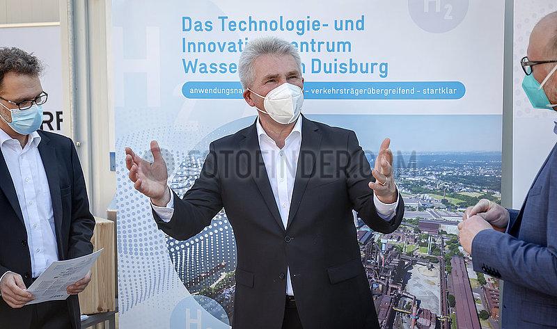 NRW Wirtschaftsminister Pinkwart,  Pressetermin beim ZBT Zentrum fuer BrennstoffzellenTechnik Duisburg,  Nordrhein-Westfalen,  Deutschland