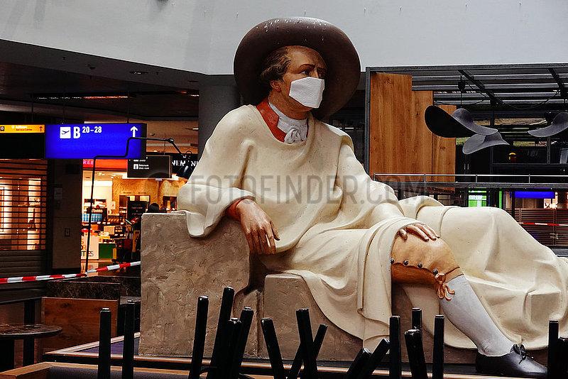 Frankfurt am Main,  Deutschland,  Goethe-Statue im Terminal des Flughafen traegt einen Mund-Nasen-Schutz