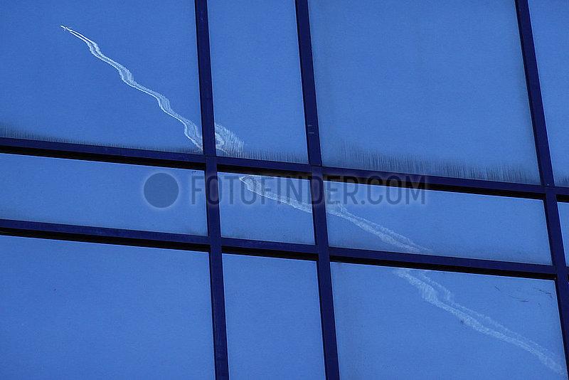Frankfurt am Main,  Deutschland,  Flugzeug spiegelt sich in einer Glasfassade