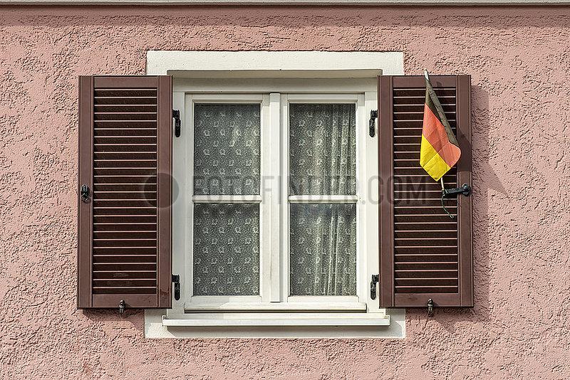 Deutschlandfaehnchen am Fenster,  Dachau,  April 2021