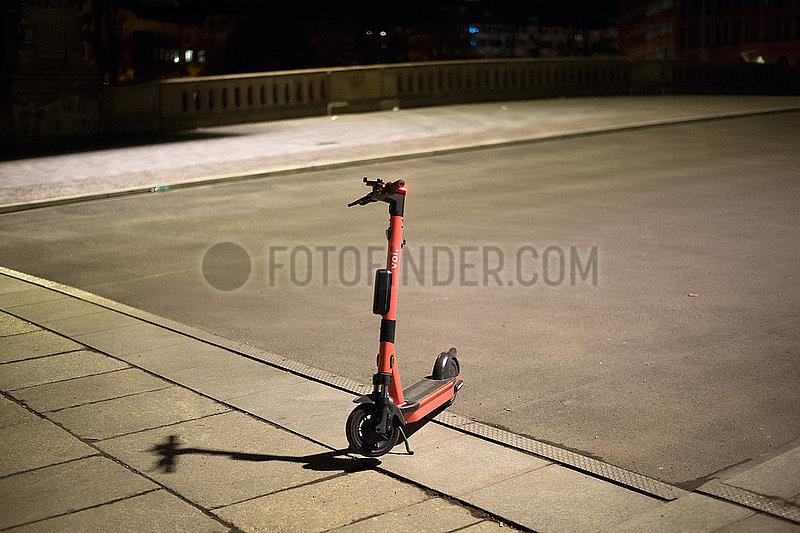 Berlin,  Deutschland - Abgestellter E-Scooter auf dem Gehweg