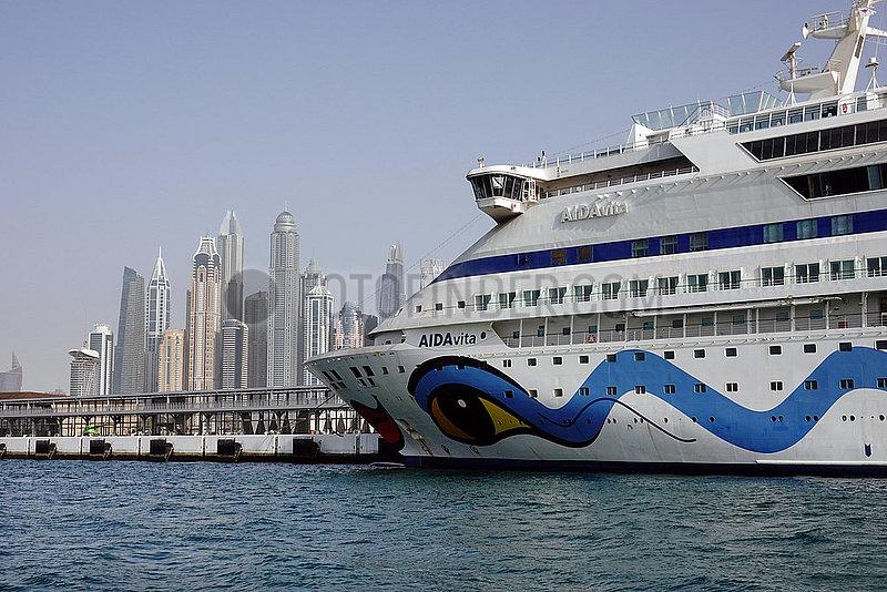 Dubai,  Vereinigte Arabische Emirate,  Kreuzfahrtschiff AIDA vita vor der der Skyline