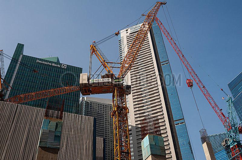 Singapur,  Republik Singapur,  Baukraene auf einer Baustelle im Geschaeftsviertel waehrend der Coronakrise