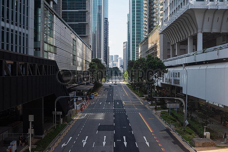 Singapur,  Republik Singapur,  Wenig Verkehr auf einer Strasse im Geschaeftszentrum waehrend der Coronakrise