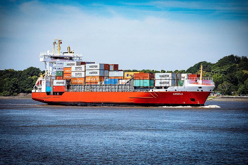 Containerschiff Angela auf der Elbe