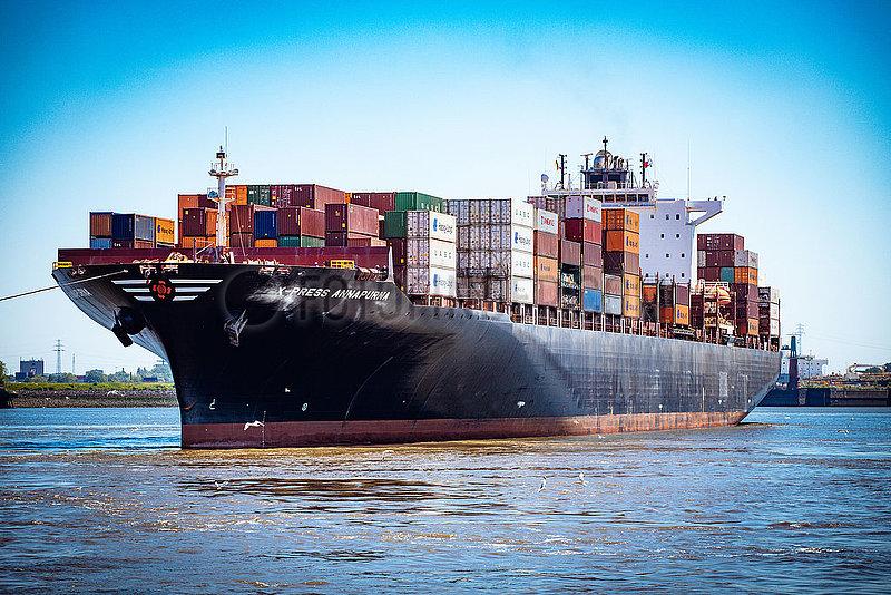 Containerschiff X-Press Annapurna auf der Elbe