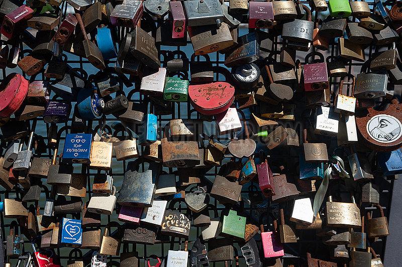 Helsinki,  Finnland,  Liebesschloesser haengen am Gitter eines Brueckengelaenders