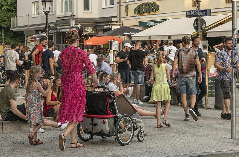 Wedekindplatz,  Schwabing,  viele Menschen geniessen den Samstagabend,  Muenchen,  19. Juni 2021