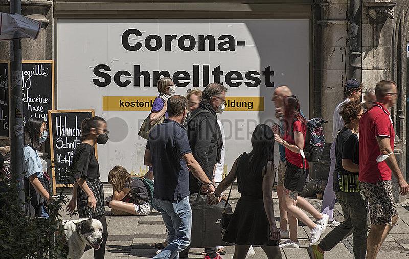 Corona Schnelltest-Stelle am Marienplatz,  viele Menschen unterwegs,  Muenchen,  10.07.2021