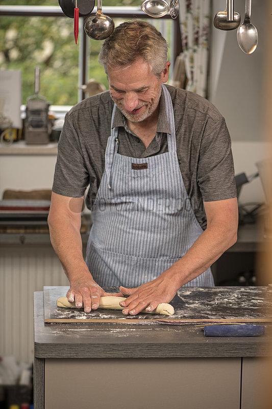 Mann beim Brotbacken zuhause,  neues Hobby waehrend der Pandemie,  Muenchen,  Juni 2021