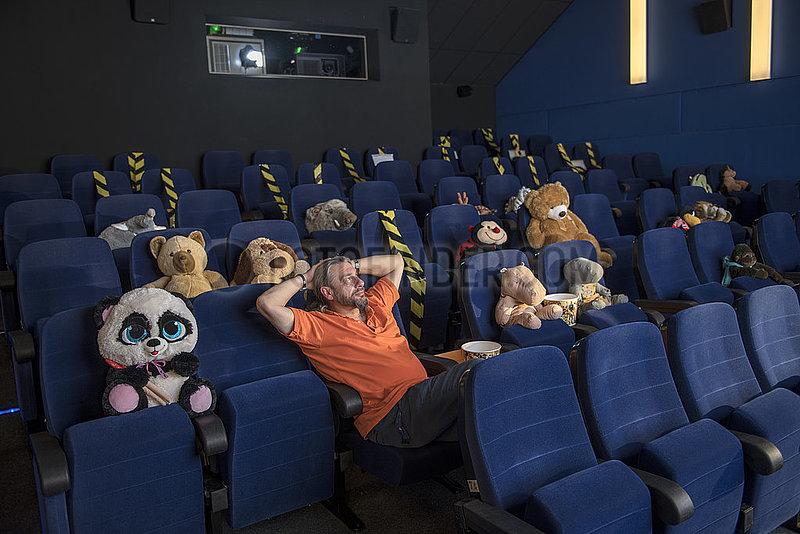 Kino in Holzkirchen,  Plueschtiere als Platzhalter,  Juli 2021