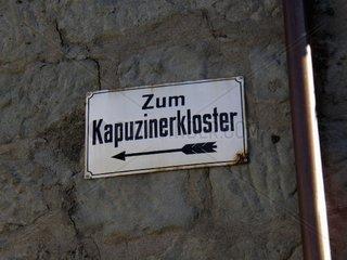 Schild: Zum Kapuzinerkloster