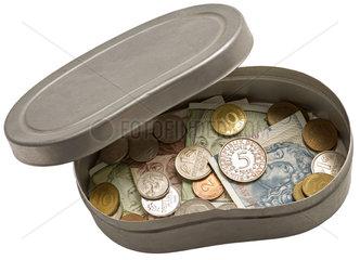 D-Mark Ersparnisse in alter Blechbox