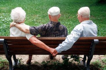 aeltere Frau mit zwei Partnern