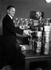 Maenner stapeln Geld waehrend der Waehrungsreform 21. Juni 1948 verbunden