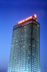 D - Berlin: Forum Hotel am Alexanderplatz bei Nacht