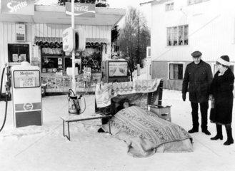 Bett im Schnee Tankstelle Kiosk