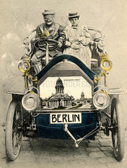 D-Berlin Paar im Oldtimer Motorhaube Bild Gendarmenmarkt