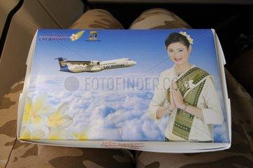 Lunchbox an Bord der ATR 72-202 von Lao Airlines beim Flug Vientiane - Siem