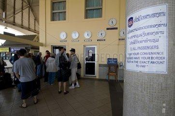 Reisende warten auf das Laos-Visum am Grenzuebergang an der Freundschaftsbrue