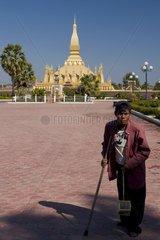 Vogelverkaeufer vor dem That Luang (Nationalsymbol und bedeutendstes religi