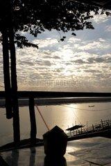 Sonnenuntergang in einem Restaurant am Mekong-Ufer bei einer frischen Kokos