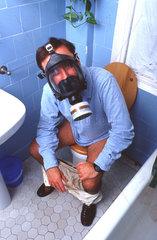 Mann Gasmaske WC
