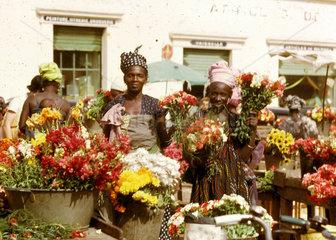 afrikanische Frauen verkaufen Blumen