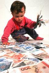 Kind spielt mit sehr viel Geld