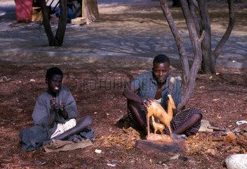 zwei Afrikaner schnitzen