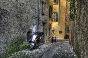 Motorroller in einer Gasse
