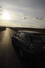 Auto auf einer Landstrasse