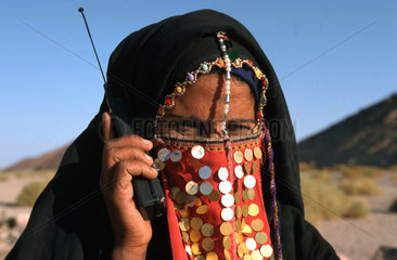 Beduinenfrau mit Handy