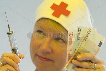Krankenschwester mit Geld und Spritze  Gesundheitsreform