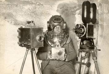 Taucher mit drei Kameras