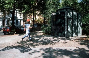 Mann rennt zur City WC