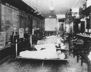 Aktienhaendler in den USA schlafen im Buero  1920