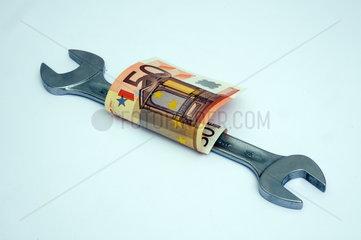 Schraubenschluessel mit Euroschein