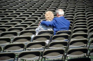 Paar allein im Kino Stuhlreihen