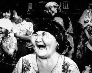 Zahnlose Oma lacht