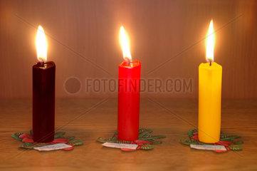 drei Kerzen in den deutschen Nationalfarben
