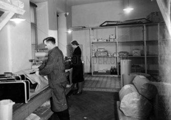 Arbeiter beim Einpacken