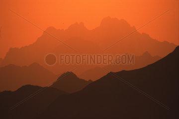 Gebirgszug der arbaischen Wueste im Abendlicht